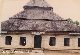 Photo: Masjid Tua Djami Palopo. Lokasi : Palopo, Sulawesi Selatan, Indonesia. Masjid ini didirikan tahun 1604 M pada masa Datu Luwu XVI Pati Pasaung Toampanangi Sultan Abdullah dan dikerjakan oleh Pong Mante yang makamnya terdapat dalam masjid tersebut. Masjid ini masih utuh dan termasuk masjid tua terbaik di Indonesia. (Foto 1988). http://nurkasim49.blogspot.com/2011/12/ii.html