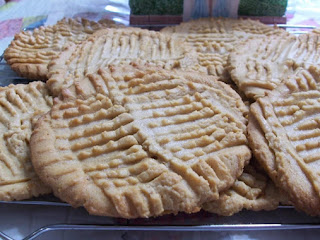 Peggi's Giagantic, Melt In Your Mouth, Crispy Peanut Butter Cookies Recipe