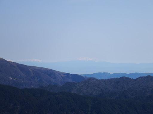 御嶽山(中央)と乗鞍岳(左)
