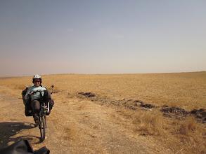 Photo: Julie en forme dès 9h30 le matin? Non! Julie pressée de parcourir les 16 kms restants pour rejoindre Ermidag et avoir de l'eau! Plus que 250 ml dans la vache, ça va être limite!
