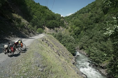 Der Weg folgt den Bergbächen durch enge, grüne Schluchten.