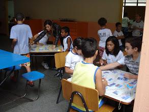 Photo: O jogo na escola traz benefícios a todas as crianças, proporcionando momentos únicos de alegria, diversão, comprometimento com o aprender e responsabilidade.