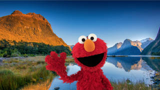 imagen de Elmo delante de un parque