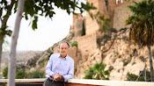 José Ángel Ferrer, fotografiado por Juan Sánchez con la imponente vista de la Alcazaba al fondo