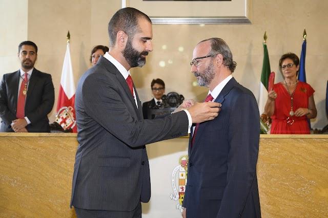 Fernández-Pacheco hace entrega del Escudo de Oro de la Ciudad a Rodríguez-Comendador
