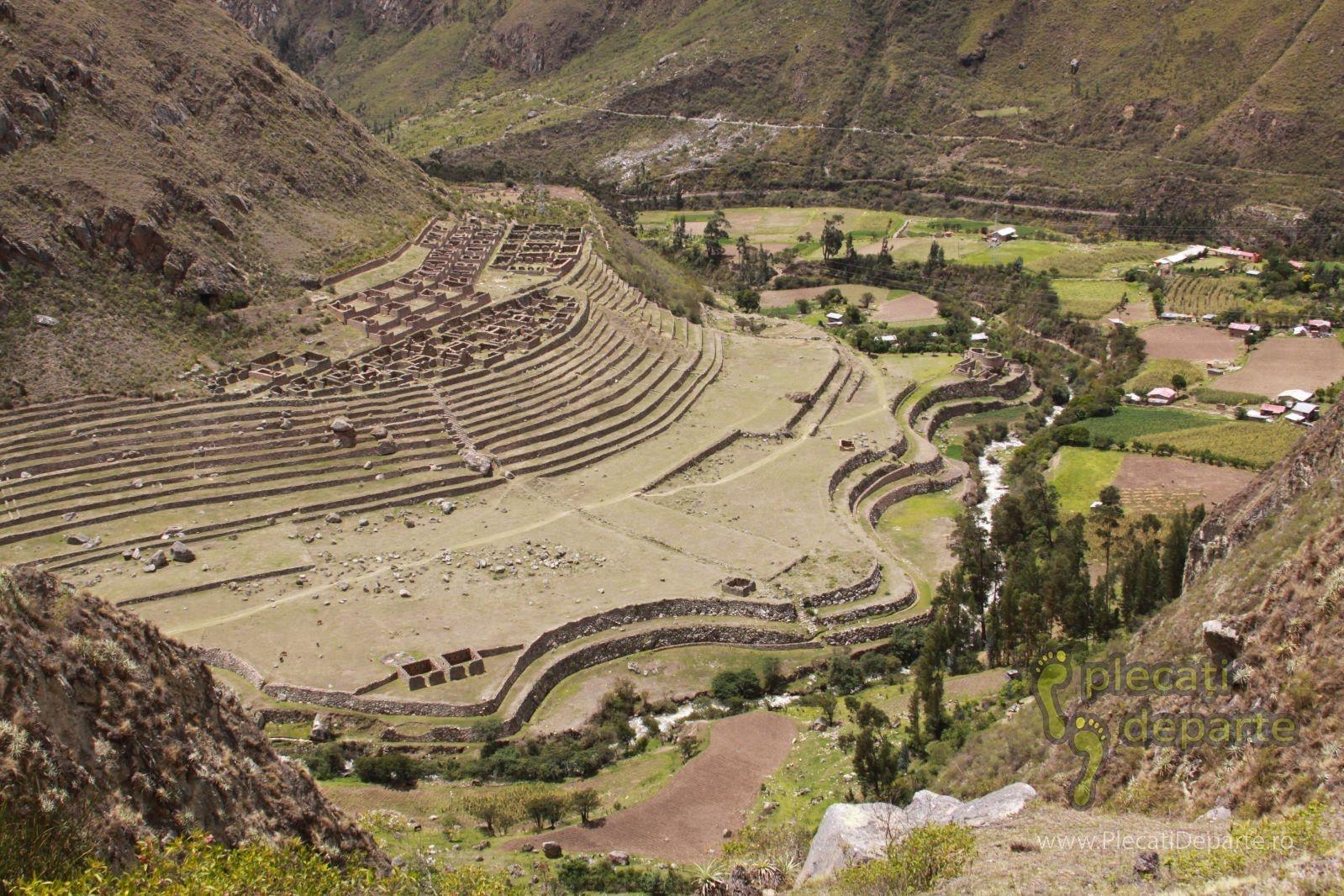 cetatea Llactapata, vazuta de pe Inca Trail spre Machu Picchu, in Peru