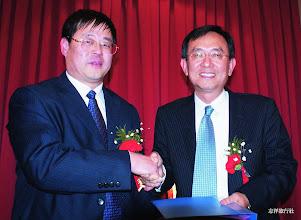 Photo: 志洋旅行社董事長蕭志洋與招遠市旅遊局局長王風友(左)合影