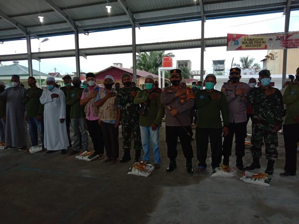 TNI – POLRI Wilayah Kabupaten Batu bara Bakti sosial Kepada Abang Becak Jelang Idul Fitri