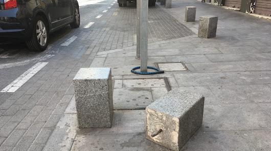 Los 'sufridos' bolardos de la calle Murcia