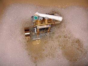 Photo: après l'essai à l'A.C. la notice conseille un bain dans du liquide vaisselle pour enlever les traces noires du rodage