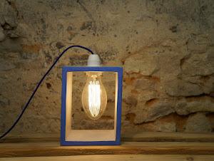 lampe-de-table-en-beton-cire-gris-et-bleu-marine-design-avec-ampoule-retro-et-cable-bleu-electrique