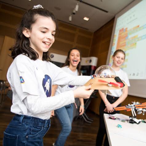 Drei junge Mädchen, die an einem Schulprojekt arbeiten