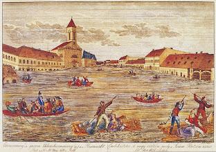 Photo: Franz Collar: A nagy vízözön (fametszet, 1838)1838. március 13-án a főváros történetének legnagyobb árvize pusztított. Ferencváros 529 épületéből 438 leomlott, csupán a mai Kálvin tér és környéke állta ki a megpróbáltatásokat. Az árvizet követő újjáépítési munkálatok eredményeként nyerte el a Belső- és Középső-Ferencváros mai utcaszerkezetét.Franz Collar:Wielka powódź (drzeworyt, 1838)13 marca 1838 Budapeszt został zniszczony przez największą, w jego historii, powódź. W Ferencváros z 529 budynków zawaliło się 438, jedynie okolica dzisiejszego placu Kalvina wytrzymała próbę. W wyniku odbudowy miasta ukształtowała się dzisiejsza struktura ulic centrum Ferencváros.