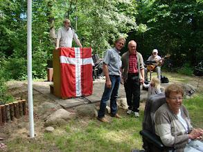 Photo: Jørgen Bak og forsamlingen takker Per Bach og Tue Aagrad Nielsen for den nye palisade