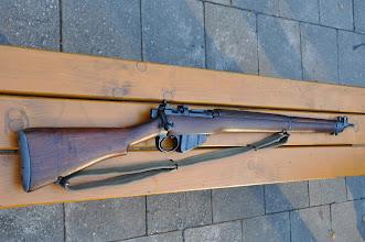 Photo: Britská opakovací puška Lee Enfield No.4 Mk.1.  Tento konkrétní model se používal od poloviny 2. světové války, jelikož Briti vůbec nepočítali s 2. světovou válkou. Měli jen málo a navíc hodně zastaralých pěchotních pušek stejného modelu a to z 1. světové války. Ze začátku války jim zbraně dodávali Američané. Puška Enfield měla jako jedna z prvních kulovnic za 2. světové války odnímatelnou nábojovou komoru na deset výkonných nábojů 303 British. Největšího rozšíření se zbrani dostalo v bojích s fašisty v Egyptě (El-Alamein, Tobruk), kde bylo potřeba likvidovat nepřítele na větší vzdálenost (200 a více metrů). Autor popisku: Štěpán Pravda, student 1. A.