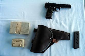 Photo: Pistole Tokarev TT-33 s originálním pouzdrem, zásobníkem a krabičkou cvičných nábojů ráže 7.62 x 25 a 7.62x54R (to je ta větší). Autor popisku - Štěpán Pravda, student 2. A.