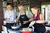 Indonésie. Cours de cuisine de Bali. Temps amusant sous cours de cuisine du Chef Mangde