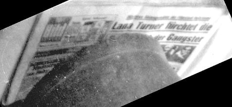 Photo: Die Datierung des zuvor gezeigten Fotos ergibt sich aus einer Schlagzeile der als Unterlage dienenden Zeitungsausgabe. Am 4. April 1958 tötete die Tochter Cheryl (geboren 1943) des US-Filmstars Lana Turner (1920 - 1995) den Gangster Johnny Stampanato alias Johnny Valentine, der mit Lana Turner in einem sadomasochistischen Verhältnis lebte, offenbar in Notwehr. Das sorgte selbstredend für einigen ,Wirbel' und war offensichtlich auch ein ,gefundenes Fressen' für die Springer-Presse. Hier noch drei Links zum Thema: 1. http://www.steffi-line.de/archiv_text/nost_4filmusa/04_turner.htm 2. http://de.wikipedia.org/wiki/Lana_Turner 3. www.kino.de/star/lana-turner/7014
