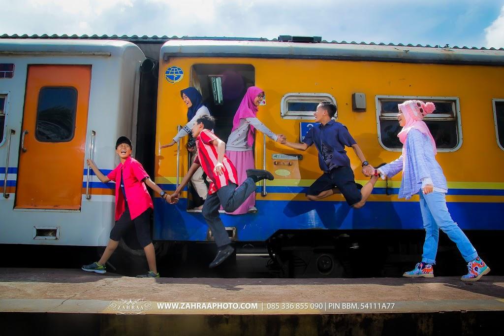 Konsep Pose Keren Foto Year Book - Buku Tahunan sekolah - BTS - Fotografer - photographer - Photografer - Jember - Travelling - Levitasi - Levitation  di Stasiun Kereta Api Jember