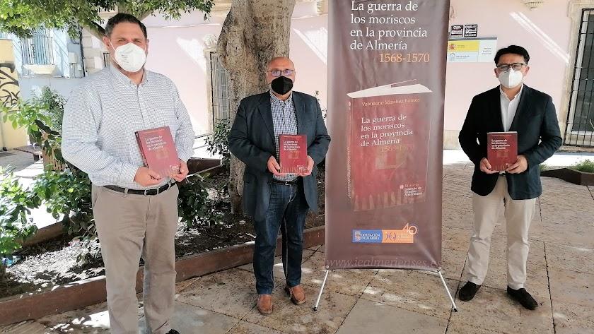 El autor, en el centro, acompañado por el director del IEA y el diputado de Cultura.