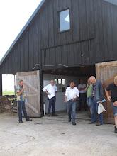 Photo: Openingswoord wordt uitgesproken door voorzitter A. Zwijnenburg. Geitenfokvereniging Lopik en Omstreken heeft de leden van geitenfokvereniging DES uit Hagestein uitgenodigd deel te nemen aan deze keuring.