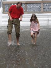 Photo: Thomas und Stella bei plötzlichem Regen im Königspalast von Bangkok