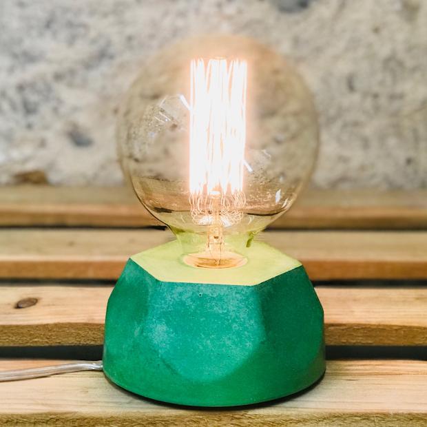 Lampe design en béton vert avec son ampoule à filament