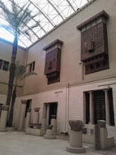 Photo: este es uno de los patios interiores, con partes de frisos y nichos de un monasterio copto.  en este museo se exhiben las cubiertas de los códices de nag hammadi, del siglo IV, que recogen ideas judías, cristianas y herméticas, del zoroastrismo y del platonismo y han arrojado luz sobre los antecedentes del nuevo testamento.