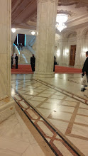 Photo: Al fondo, el soberbio ingreso del parlamento rumano. Mármol por doquier