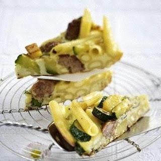 Penne-Frittata mit Kartoffeln und Salsicce