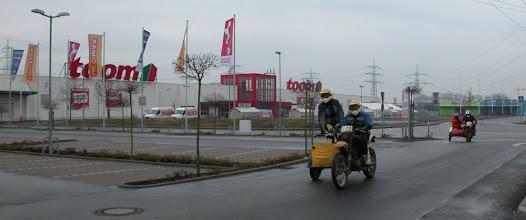 Photo: Die Gespanne auf dem Weg zur Wiesenprüfung bei der Klassikfahrt in Pfungstadt