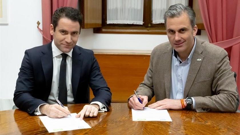 García Egea y Ortega Smith en la firma del acuerdo para el Parlamento de Andalucía.