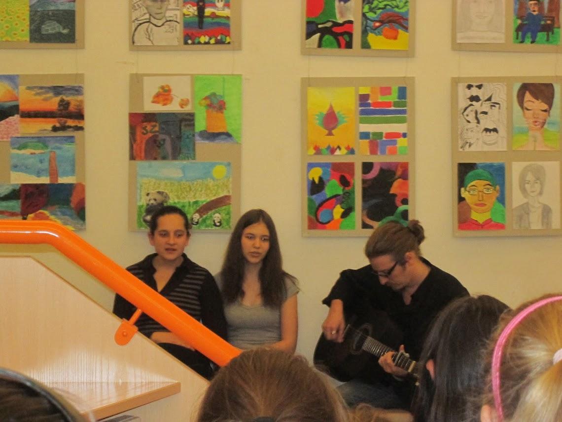 Az iskola tanulói énekelnek a megnyitón