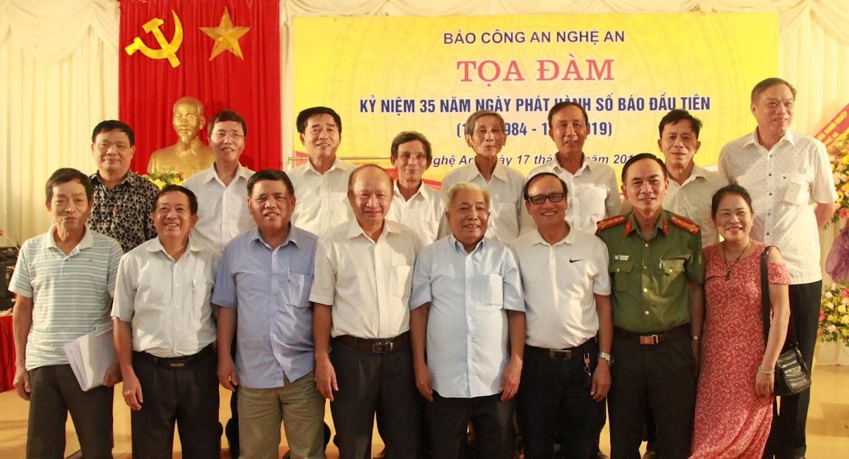 Các đại biểu tham dự buổi tọa đàm chụp ảnh lưu niệm