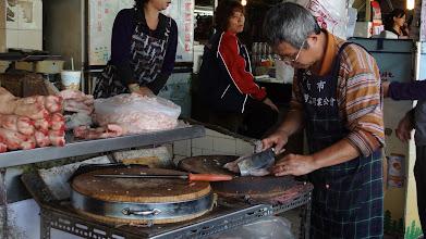 Photo: 水仙宮市場 老闆專注著切豬油用的豬肉