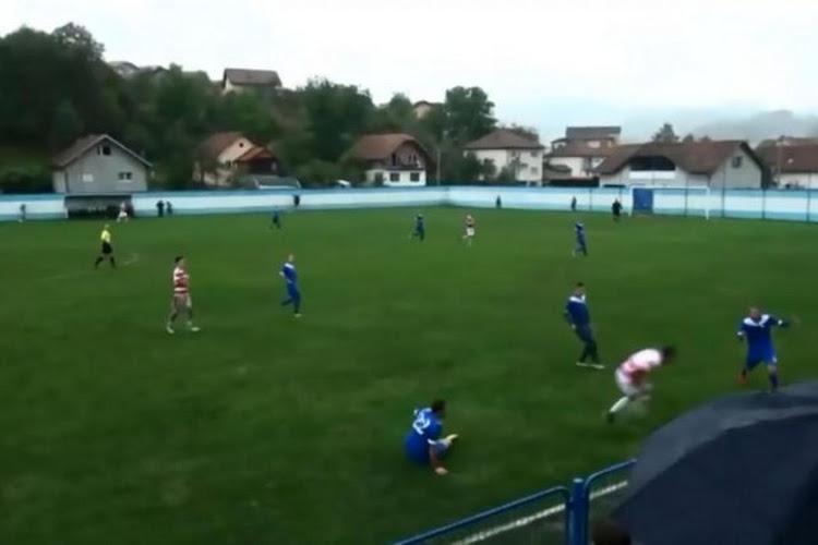 ? ? De schrik van elke voetballer: Bosniër verliest testikel na trap op zijn klokkenspel