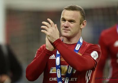 Wayne Rooney a chipé le brassard de capitaine lors de la remise du trophée
