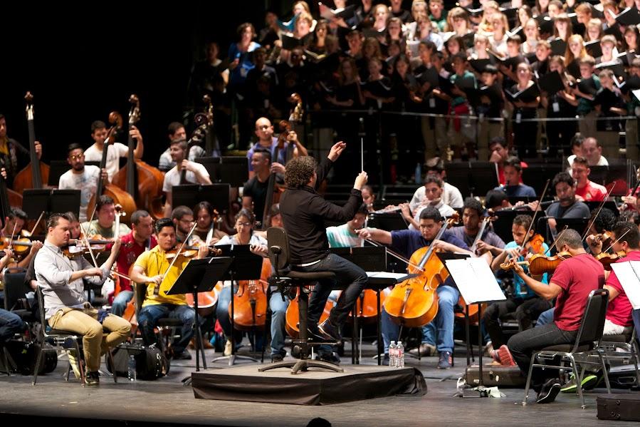 En el primer ensayo general en Berkeley, el maestro Gustavo Dudamel, la Orquesta Sinfónica Simón Bolívar de Venezuela y el Coro de Cámara de la Universidad de California, el Coro de Niños del Pacífico y el Coro de Niñas de San Francisco se encuentran para interpretar la Novena Sinfonía de Beethoven.