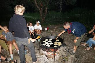 Photo: Der laves pandekager på en kæmpe pande