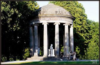 Photo: Im Georgengarten befindet sich der einziger Tempel zu Ehren des Genio Leibnitii in Hannover und der Welt. Geschaffen von dem Hofrat Johann Daniel Ramberg (1733-1820).