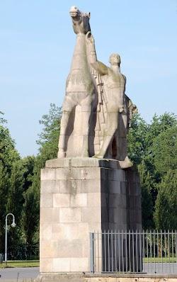Rechte Statue der Rossebändiger.