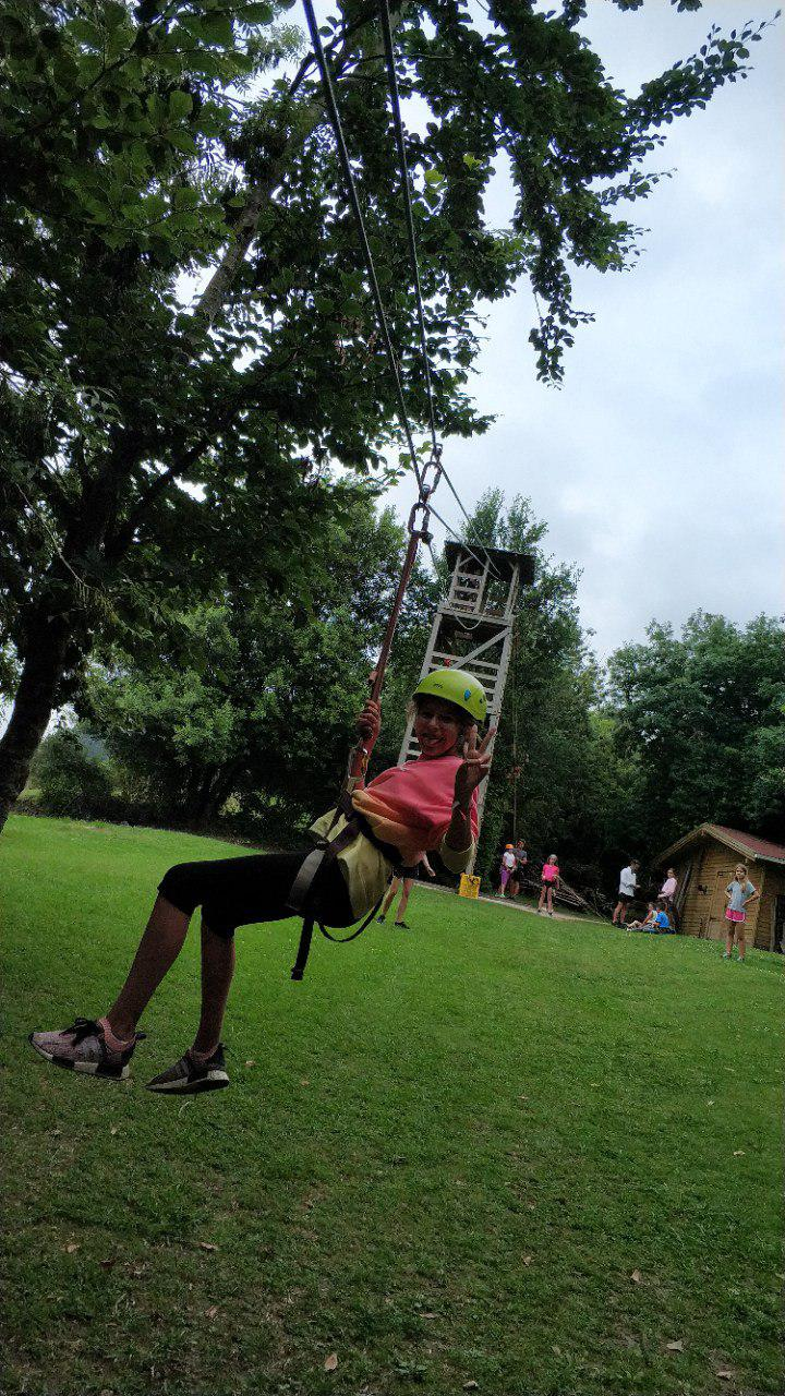 Tirándonos por la tirolina en el Campamento de Verano Emosie Camp Fest