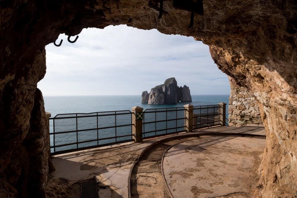 Vista para o mar de Nebida e a ilha rochosa de Pan di Zucchero