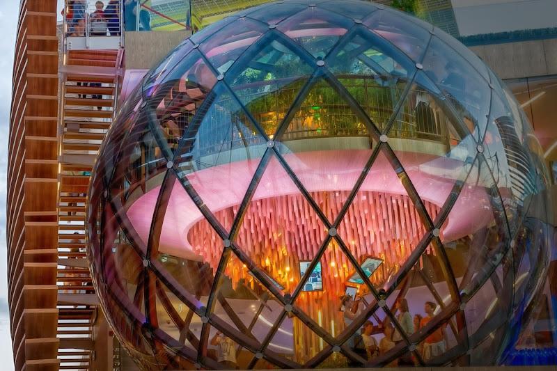 Dentro nella sfera ,fuori sulle scale di Concetta Caracciolo