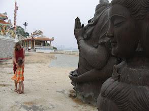 Photo: Doreen Wolff und Stella in einer Tempelanlage in Hua Hin, hier noch im Bau, im fertigen Zustand 2010 zu sehen