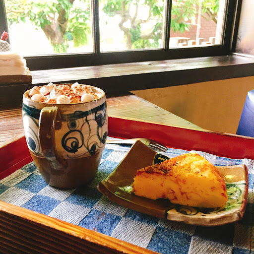 充滿京都味的地方🇯🇵讓妳一秒到日本🗾 (其實也沒這麼誇張😂) - 店內有榻榻米的座位 很幸運的體驗到了❤️ 但是可能肉太多我覺得不是很自在😂 - 🔺下午茶套餐 💰$220 可任選一種茶點