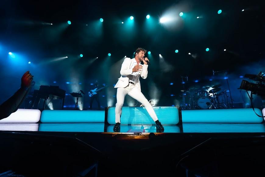 """El cantante interpretó la canción que lleva el nombre de la gira, """"En tus planes"""""""