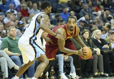 🎥 Ex-NBA-speler laat zich van zijn slechtste kant zien: hij heeft een man bij elkaar geschopt