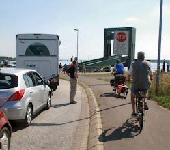 Photo: langer Stau vor der Fähre Glückstadt, nicht für uns