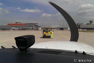 Photo: Snakk om service. Aircraft marshalleren guider Anders med lille NRO på plass.